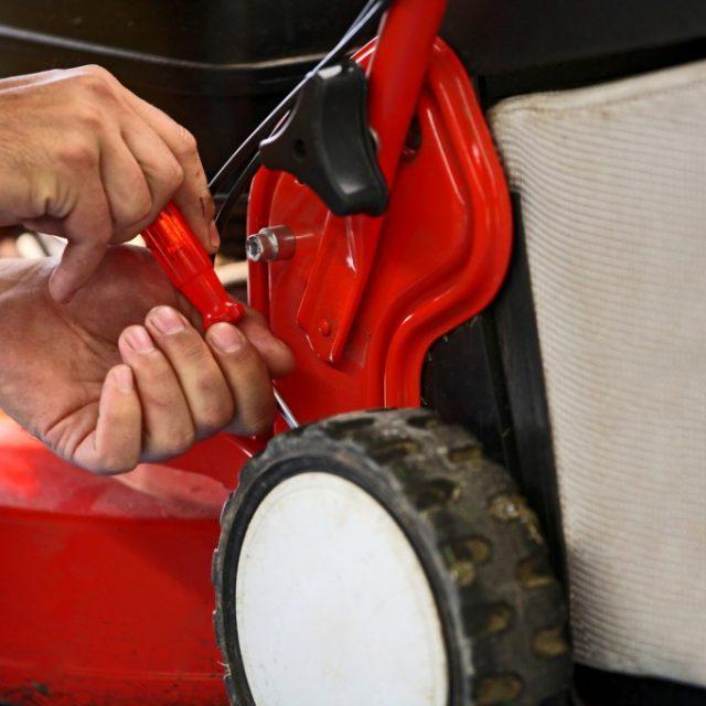 préparation de la tondeuse à gazon